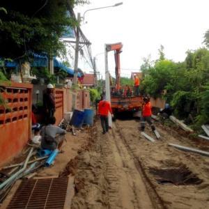 電柱が倒れた…路面工事のせいか