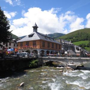 ピレネー山脈の雪解け水が流れる町