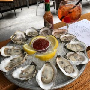 牡蠣は飲み物⁉︎笑 祝ハッピーアワー1ドルオイスター復活。