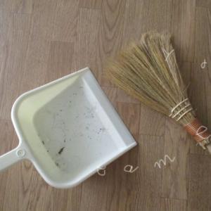 おうちのキレイが続くコツ!ほうきで掃くVSロボット掃除機
