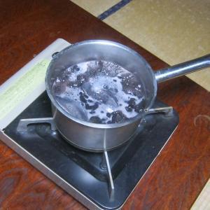 黒豆で暖を取る