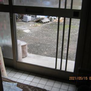 戸を開けなくても、家の中から外が見える。