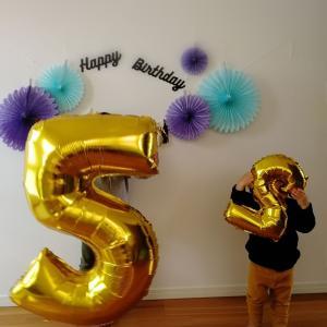長男5歳誕生日。ダイソーのペーパーファン。