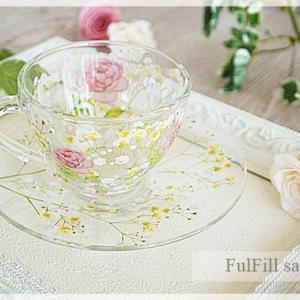 かすみ草が可憐で、バラが華やかな、ガラスのカップ&ソーサーご紹介