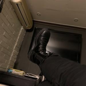 安ホテルの二階 この部屋で僕はブーツのラインを眺めるだけ、、、