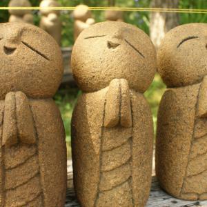いろんなお顔の石んこ地蔵。石彫の仕事場の風景もどうぞ。