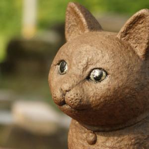 猫のミュウミュウの石像。かなり美人さんです。