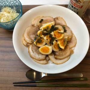 大盛りチャーシュー丼に大量茹で卵のせ、キャベツサラダ