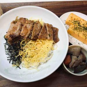 生姜焼き丼と煮物と卵焼き