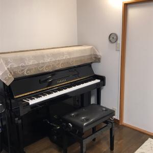 ピアノの上にスポットライトをつけました!明るくムーディーになった〜♪