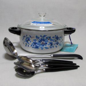 ルビーホーローウェアの両手鍋 レトロな青い花柄