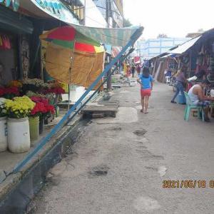 マクタン島の市場、客少ないとぼやいている!