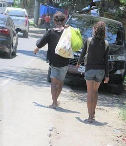 マクタン島、③スラム街に援助物資、、