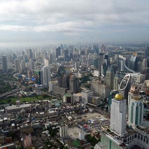 朝のバンコク市街地を一望するために最上階300mの周る屋外展望台へ♪そしてチェックアウトからのチェックイン