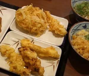 【丸亀製麺】うどん2人前+天ぷら5個+いなり寿司2つで計1200円の創業感謝セットはお得?株主優待タダ食い