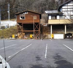 山間の静かな道の駅六合と応徳温泉の黒い湯花