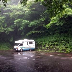 雨と霧の山中でする車中泊は引きこもり遊びに丁度良い??