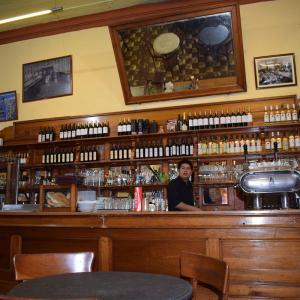 リマ セントロの伝統的なバーでコーヒータイム
