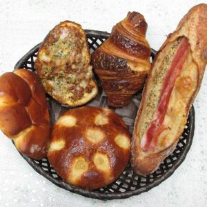 「本日プレオープン、国道2号線北沿い、甲南町交差点北西のパンの店~マスタードベーコン」