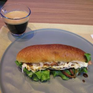 「本日オープン、生田新道南沿い、トアロードとの交差点南東のホテル内のカフェ&バー~サンドイッチ」