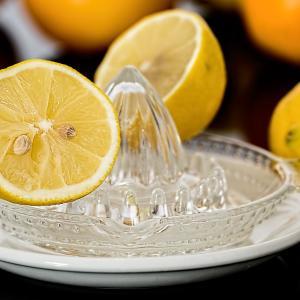 青いレモンは完熟させ絞って冷凍