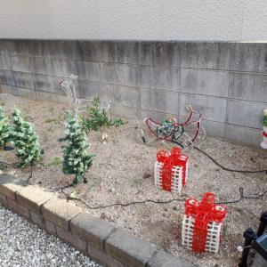 クリスマスイルミの飾りつけ