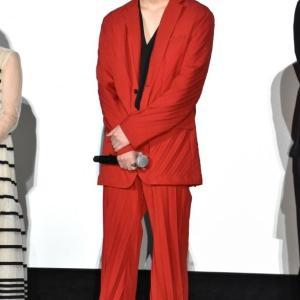 【芸能】綾野剛 まるでカズレーザー? 金髪&赤スーツのド派手な姿で主演映画「楽園」イベントに