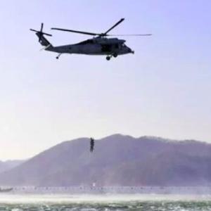 韓国軍ヘリが日本のヘリ空母に初着艦、韓国ネットで問題に「外国人の旭日旗使用は批判するのに」