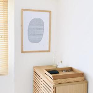 モノが少ない部屋に住むミニマリストが愛する、壁で楽しむアート作品