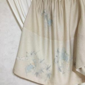 刺繍の淡い色スカート