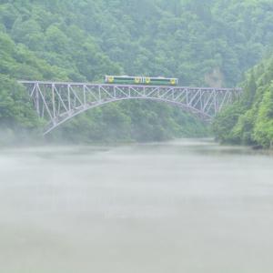 「川霧の穏流を渡る鉄の路」