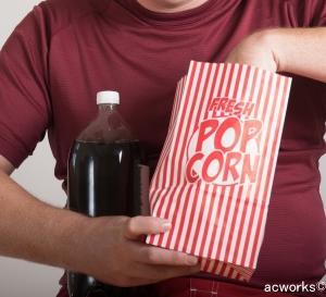 TVを見ながら間食するクセは太りやすい!? イギリス研究