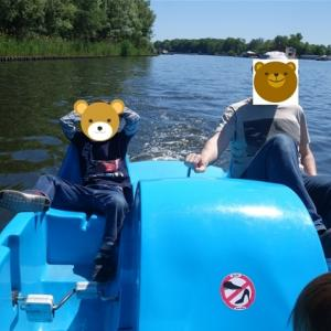 足漕ぎボートと船のある公園 ~Tretbootfahren auf der Spree~