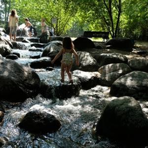 人工川のある公園 ~Spielplätze als Bach~