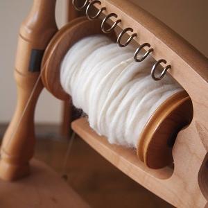 白のファンシーヤーンを紡ぐ