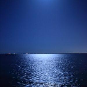 月明かりに照らされた海面が星空のように美しかった。in 新日本海フェリー