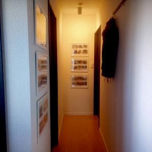おうちギャラリーに「ほめ写」が好評。玄関からリビングまでの小さなギャラリー。