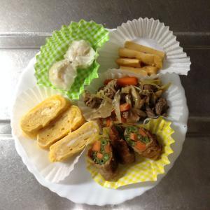 牛肉野菜炒めと野菜の豚肉巻