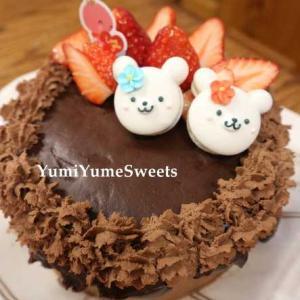 お正月一番に作ったのは、自分の家用のショコラショートケーキです。クママカロンを乗せて。