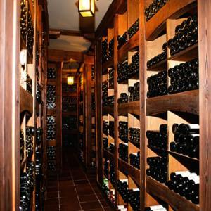 ワインは寝かせて保管してね。飲む直前は立ててね。