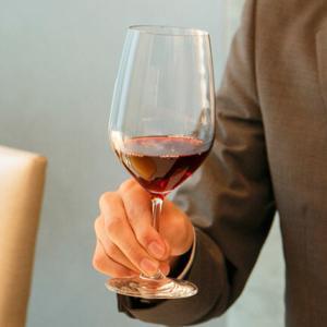 ワイングラスの持ち方って