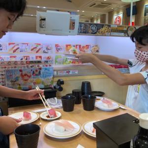 かっぱ寿司のトレイも行ったり来たりで大忙し。怪獣くんたち大満足