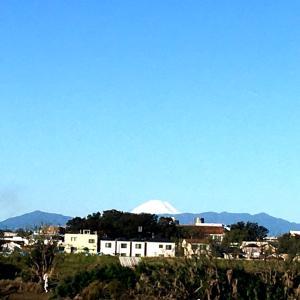 富士山初冠雪と多摩川の下流の状況