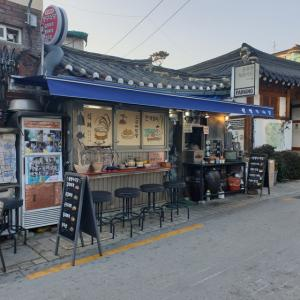 【北村】 王チャング食堂「왕짱구식당」 韓屋が有名な 北村エリアで、 雰囲気に浸れる食堂で、またもや マッコリ1杯 ^^