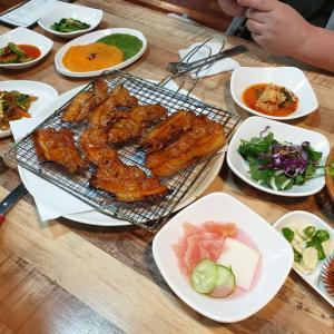 【おやじ韓国地方旅】 セジェハルメチッ「새재할매집」 味つけサンギョプサルとツルにんじん 旅行に来た~~ って感じの昼ご飯です