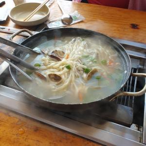 【おやじ韓国地方旅 保寧】 モッポネチョゲクイ「먹보네 조개구이」 ブランチ 貝のカルグクスは絶対食べますよね