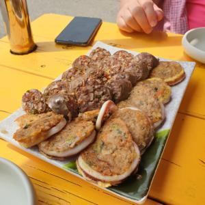 【おやじ韓国地方旅 束草】 トゥンテセンソンクイ「등대생선구이」 束草名物 2種類のスンデで飲みます