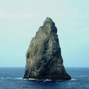 「孀婦岩」(ロッツワイフ)、伊豆諸島の最南端、何も無い大海原にそびえ立つ神秘の奇岩