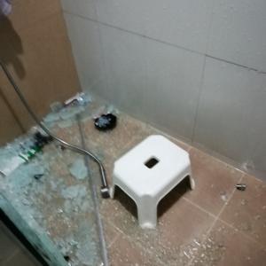 シャワー室のガラス割れる