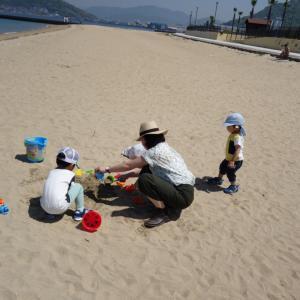 ベイサイドビーチ坂で砂遊び